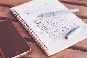 Titulný obrázok - zošit, na ňom pero, vedľa smartfón